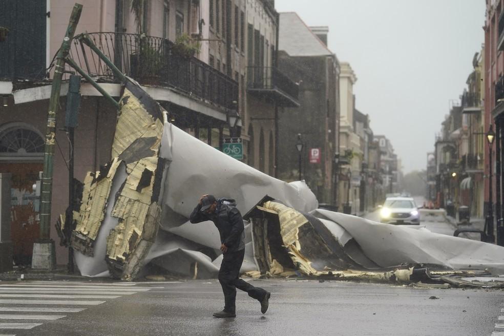 Foto de 29 de agosto de 2021 em Nova Orleans, na Louisiana, mostra homem passando ao lado de estrutura destruída após a passagem do furacão Ida — Foto: Eric Gay/AP