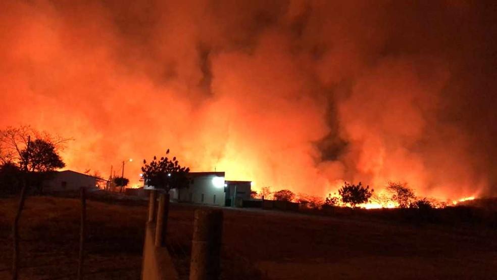 As chamas altas levaram muita fumaça às duas comunidades — Foto: Corpo de Bombeiros
