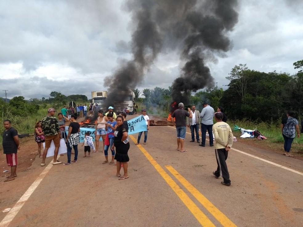 Três pontos da BR entre Rondônia e Acre estão bloqueados (Foto: Toni Francis/G1)