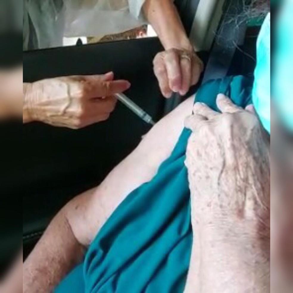Vacina escorre no braço de Antonieta Teixeira durante a aplicação da 2ª dose no Centro de Eventos do Pantanal — Foto: Reprodução