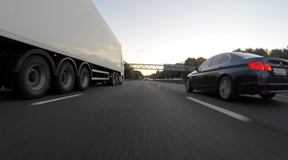 rodovia, carro, caminhão (Foto: Reprodução/Pexels)