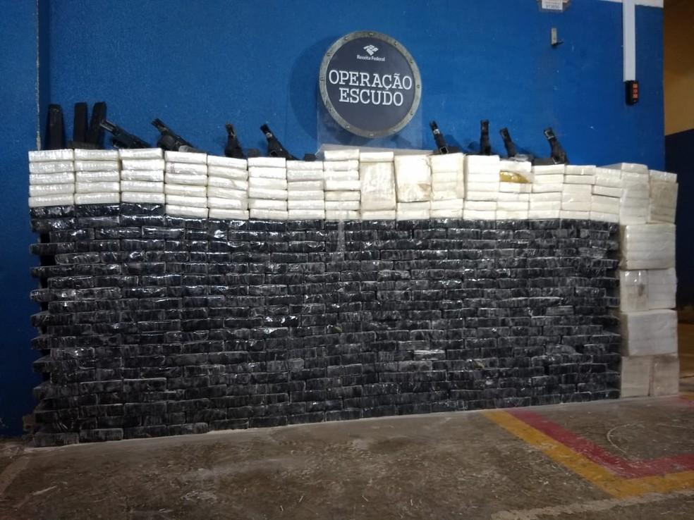 Receita Federal apreendeu cerca de 450 quilos de cocaína e oito armas, em Céu Azul — Foto: William Brisida/RPC