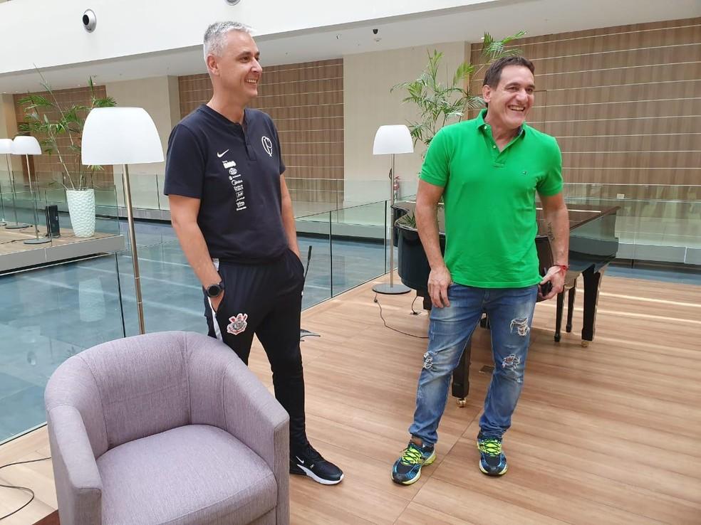 Gamarra (de verde) com o técnico Tiago Nunes em Assunção — Foto: Anselmo Caparica