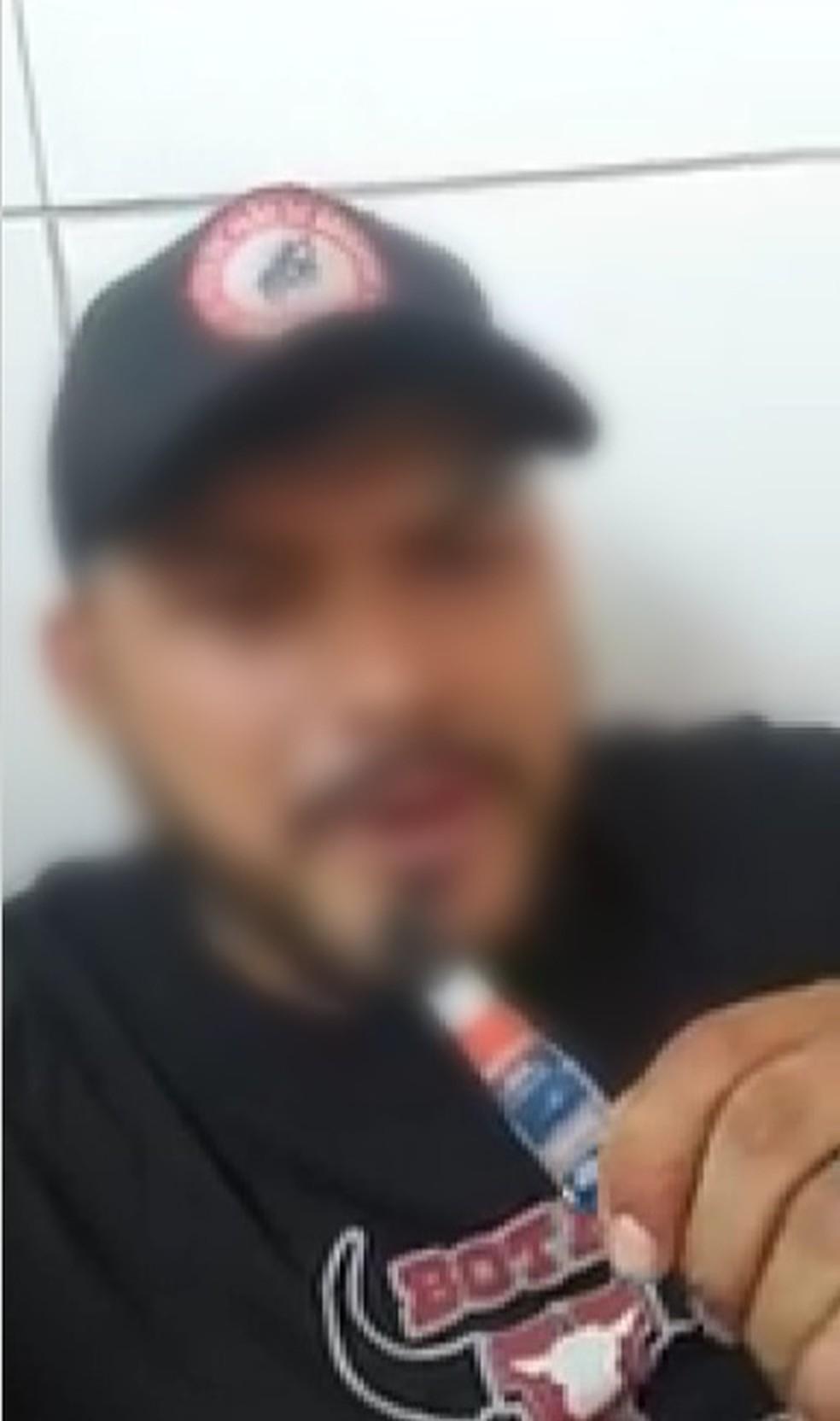 Homem gravou vídeo mostrando tubo de cola em RO — Foto: Reprodução/Facebook