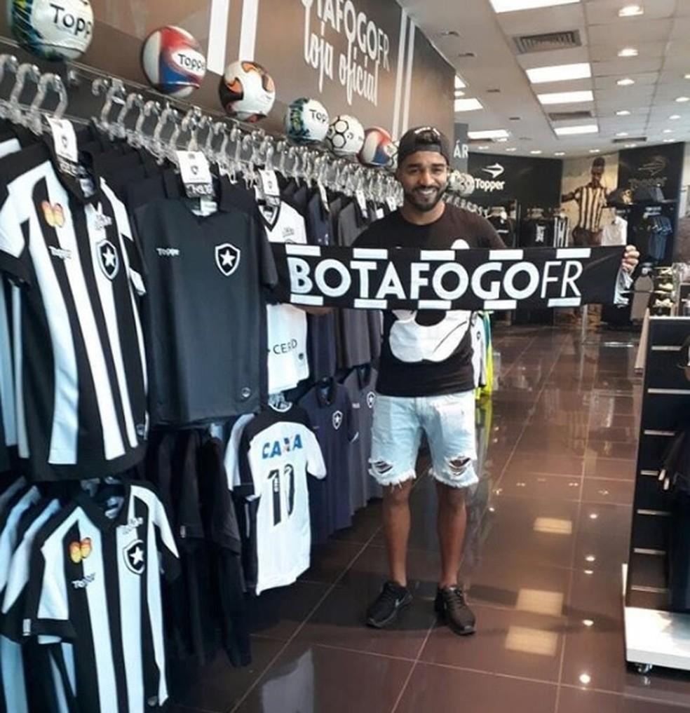 Aguirre será anunciado no início desta semana (Foto: Reprodução/Instagram Loja Botafogo)