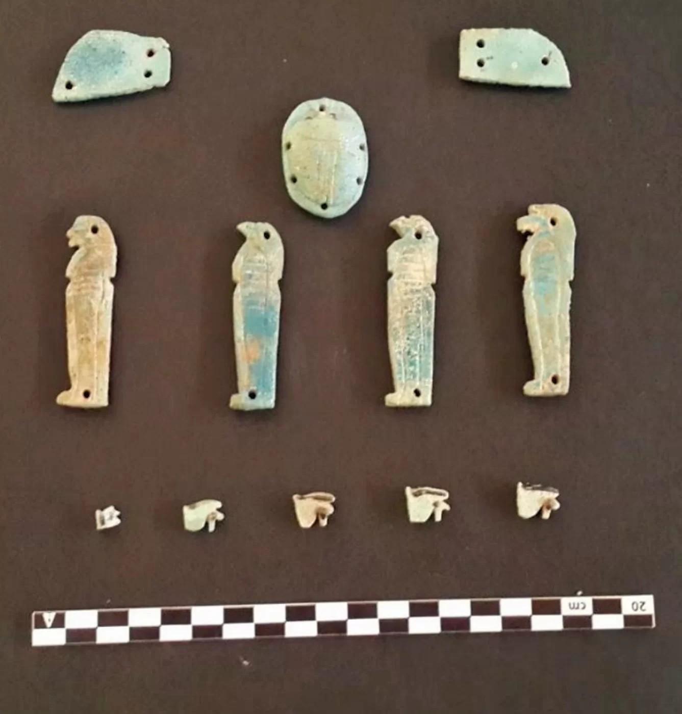 Amuletos de deuses egípcios encontrados perto das tumbas (Foto: Egyptian Ministry of Antiquities)