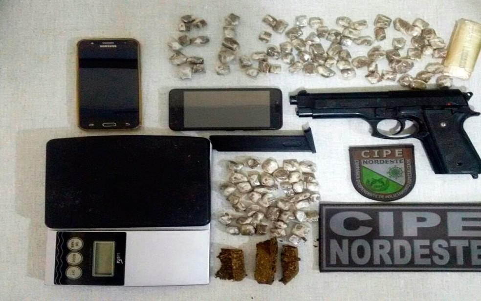 Simulacro de pistola, drogas e balança de precisão foram apreendidos (Foto: Divulgação/SSP-BA)