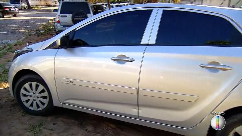 O agente de trânsito parou para troca o pneu do carro na hora em que foi baleado (Foto: Reprodução/Inter TV Cabugi)