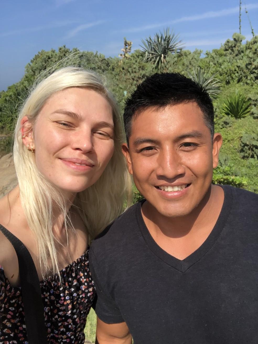 Casal se conheceu durante visita da modelo a aldeia — Foto: Arquivo pessoal