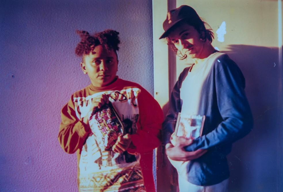 Chico César e Zeca Baleiro em 1995, ano do início da parceria dos compositores — Foto: Mara Fernandes / Divulgação