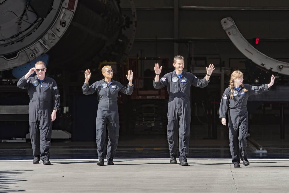 Tripulação da Inspiration4 se dirige à plataforma de lançamento 39-A — Foto: Reprodução/Twitter/SpaceX