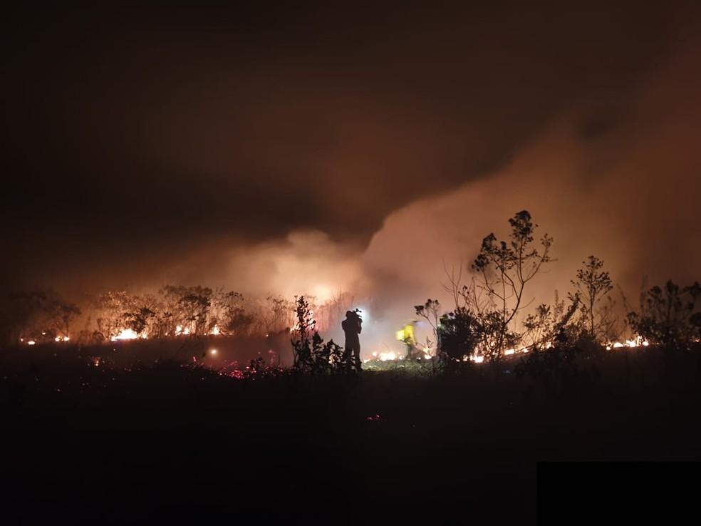Incêndio na Chapada Diamantina, na noite de quinta-feira (8) — Foto: Camila Marinho/TV Bahia
