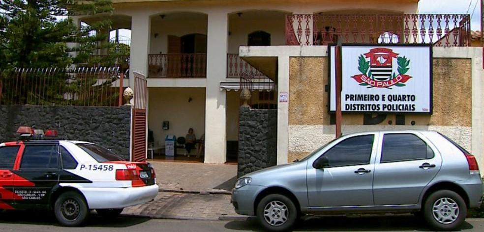Idoso foi levado para o  1º Distrito Policial de São Carlos — Foto: Paulo Chiari / EPTV