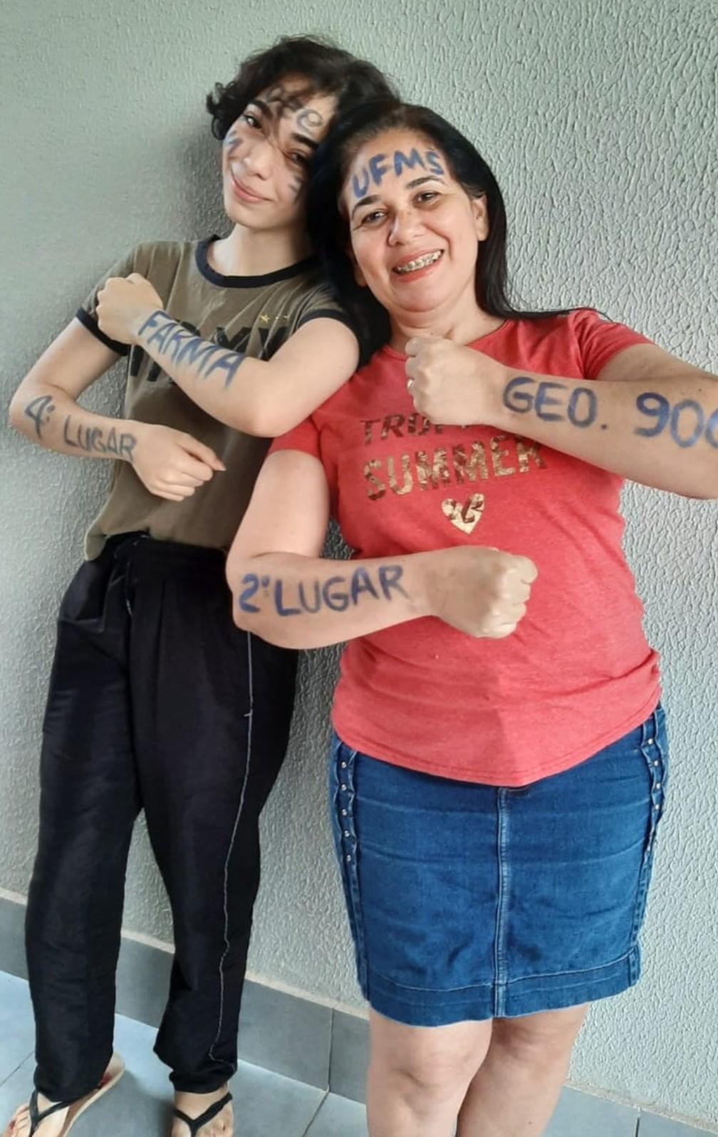 Após 20 anos longe da escola, mãe fica 1 ano estudando com filha autista e elas passam no vestibular juntas — Foto: Redes Sociais/Divulgação