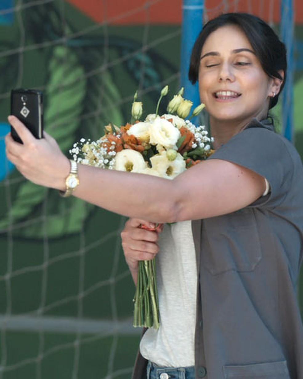 Josefina (Aline Fanju) recebe flores de Roney (Lucio Mauro FIlho) em 'Malhação - Viva a Diferença' — Foto: Globo
