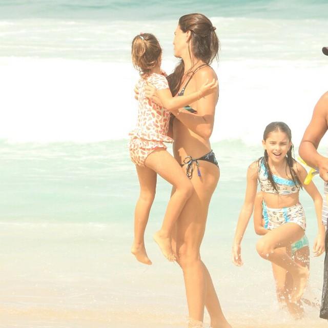 Daniela Sarahyba com as filhas Gabriela e Rafaela (Foto: Dilson Silva/Agnews)