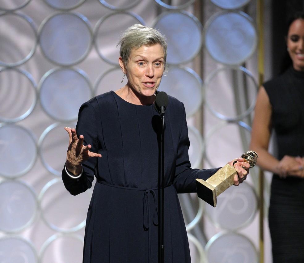 Frances McDormand recebe prêmio de melhor atriz em drama pelo filme 'Três anúncios para um crime' no Globo de Ouro 2018 (Foto: Paul Drinkwater/NBC via AP)