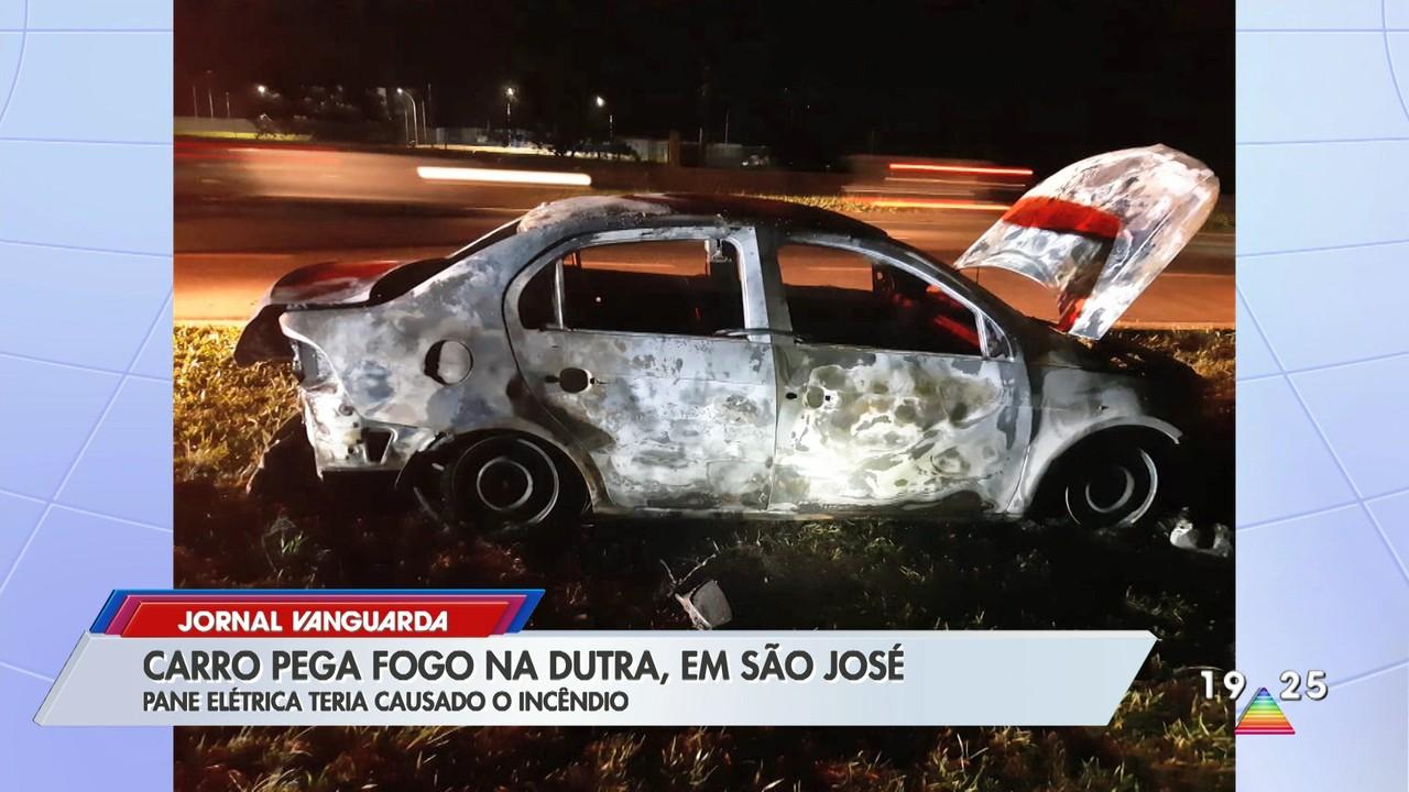 Carro pega fogo na Dutra em São José dos Campos