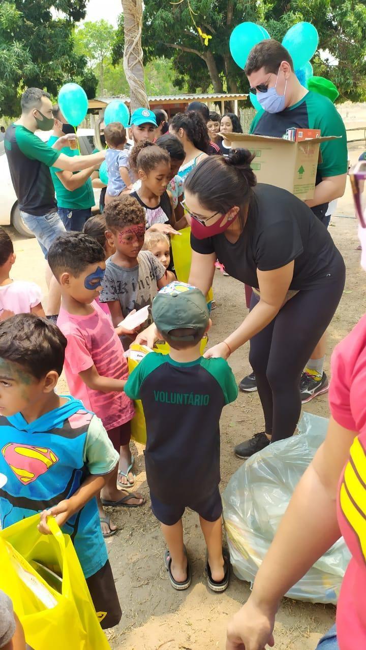 Voluntários arrecadam brinquedos para ceia de Natal para 280 crianças em comunidade de Cuiabá