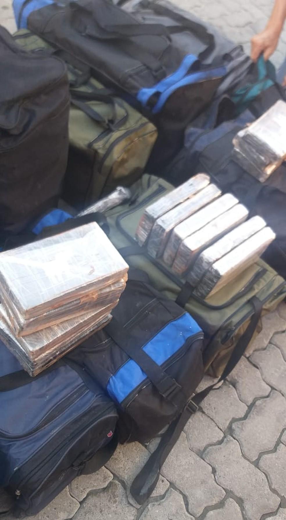 Drogas estavam escondidas dentro de uma mochila, em um container — Foto: Divulgação/PF