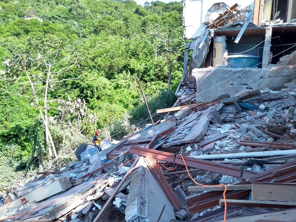 Parte de hotel desaba em São Sebastião, SP - Noticias