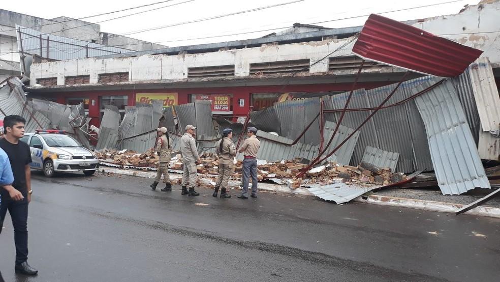 Fachada de loja ficou destruída após o acidente (Foto: Alan César/TV Anhanguera)