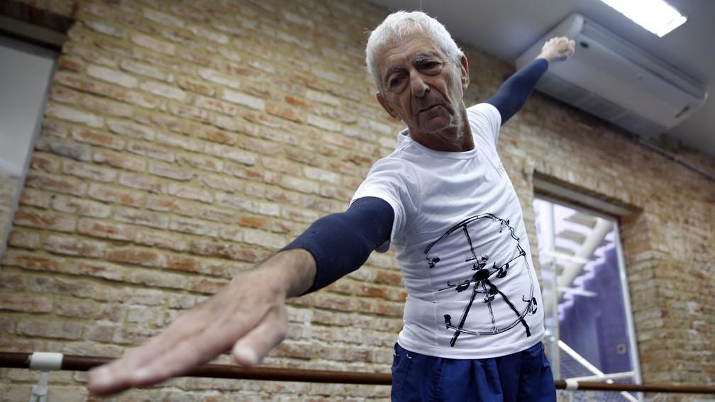 Aposentado faz cinco aulas de balé por dia (Foto: Andressa Gonçalves/G1)