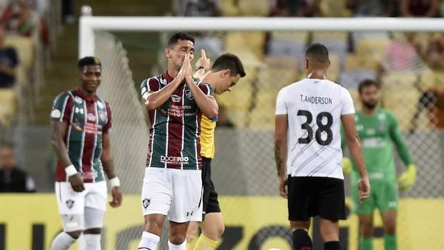 Ganso lamenta durante o jogo do Fluminense com o Athletico-PR