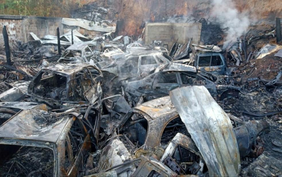 Sucatas de carros velhos foram consumidas pelo fogo — Foto: Divulgação/Corpo de Bombeiros