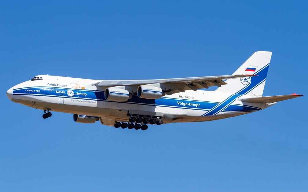 Antonov 124-100 tem 65 metros de comprimento, 21 metros de altura e 24 rodas — Foto: Lucio Daou