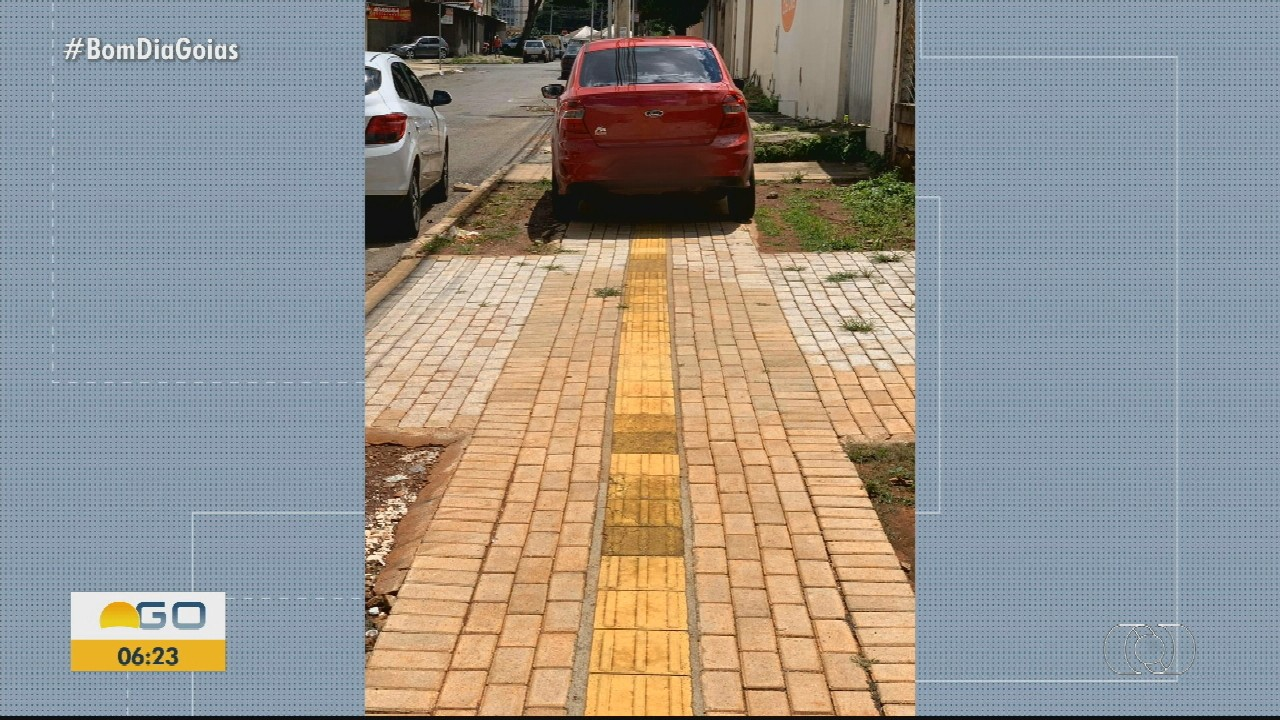 Motorista para carro em local de passagem de pedestres, em Goiânia