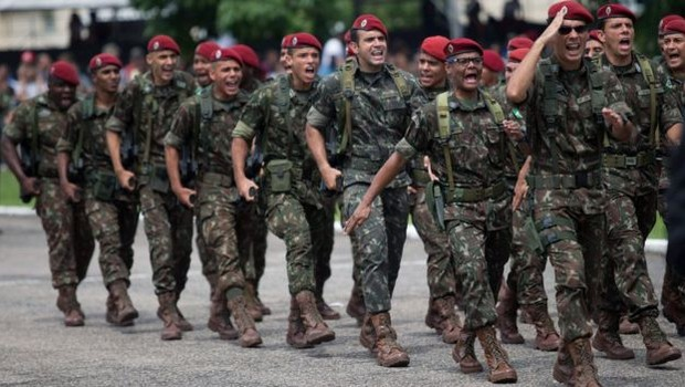 Oficialmente militares não se aposentam, eles passam para a reserva (Foto: Getty Images via BBC)