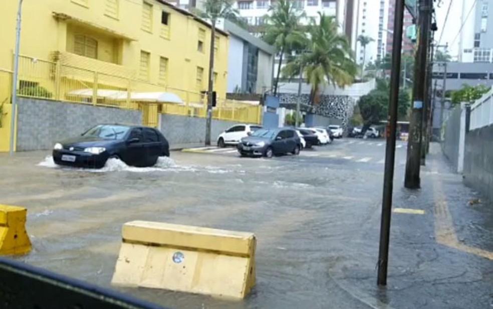 Pituba – Salvador tem chuva forte e pontos de alagamento — Foto: Júlio César Almeida/TV Bahia