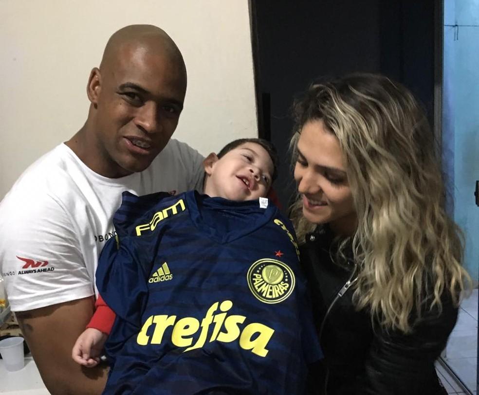 Jailson doa camiseta a Enzo  — Foto: Divulgação / Arquivo pessoal