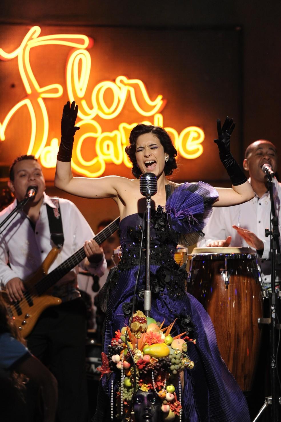 Cristal (Moro Anghileri) brilha durante a inauguração do bar de Cassiano (Henri Castelli) - 'Flor do Caribe' — Foto: Estevam Avellar/Globo