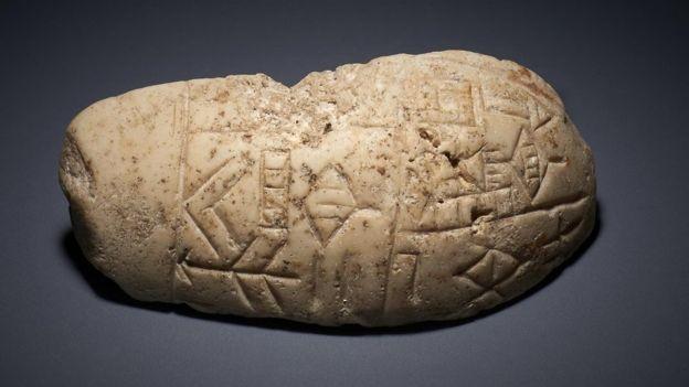 Cabeça de clava - um tipo de armamento - com inscrições era um dos itens que têm cerca de 5 mil anos (Foto: BRITISH MUSEUM)