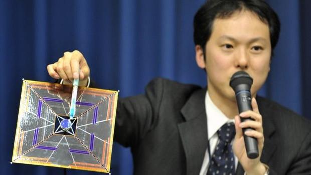 O cientista japonês Yuichi Tsuda mostra um modelo da IKAROS, vela solar lançada no espaço tinha 14 metros de comprimento (Foto: Getty Images via BBC)