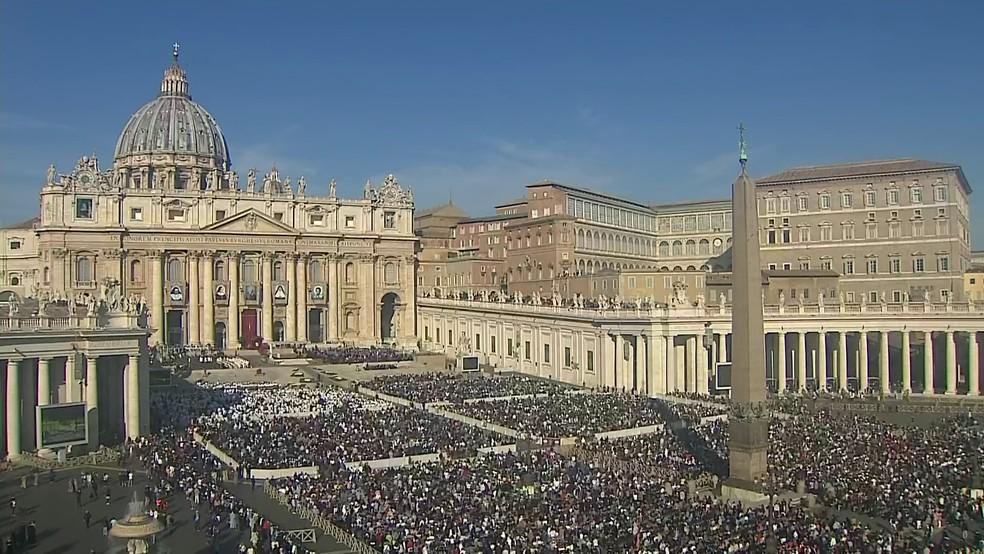 Praça de São Pedro, no Vaticano, lotada de fiéis antes do início da missa de canonização de Irmã Dulce — Foto: Reprodução/GloboNews