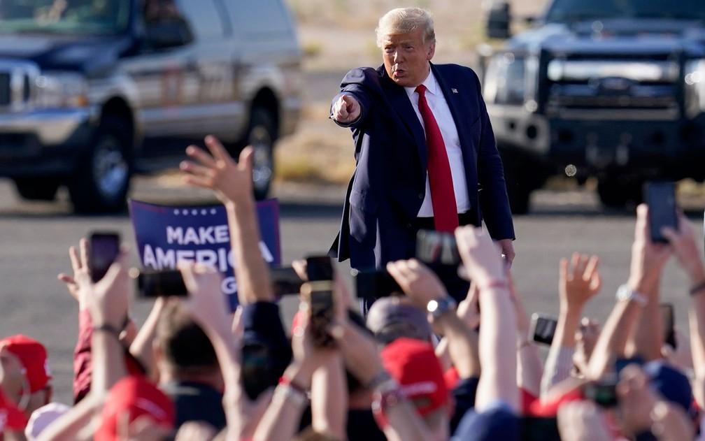 Trump acena para eleitores em comício em Tucson, Arizona, na segunda-feira (19) — Foto: AP Photo/Ross D. Franklin