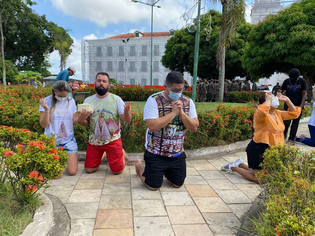 Círio de Nazaré 2021: Devotos de Nossa Senhora em frente à catedral de Belém — Foto: Brenda Rachit/G1