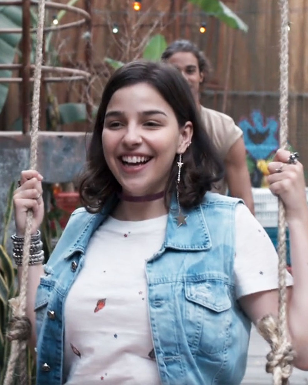 Keyla (Gabriela Medvedovski) ama o presente de Deco (Pablo Morais) em 'Malhação - Viva a Diferença' — Foto: Globo