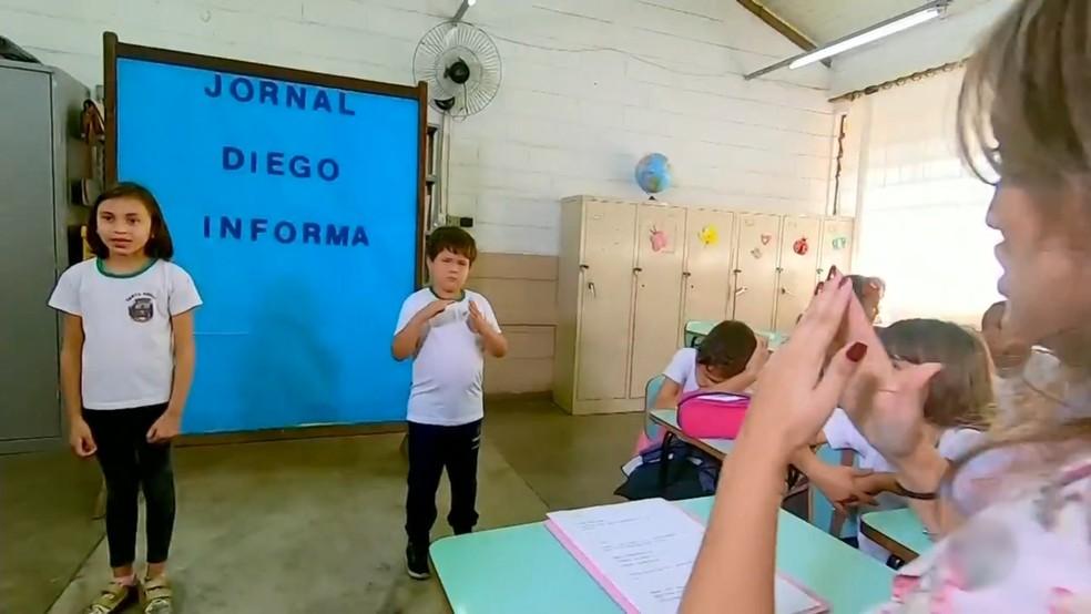 Crianças durante jornal em escola de Santa Adélia  — Foto: Reprodução/TV TEM