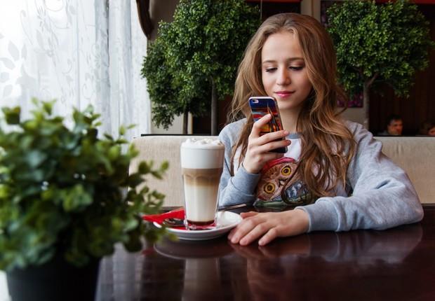 adolescente, celular, café (Foto: Pexels)