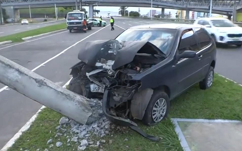 Carro bateu e destruiu base de poste, na Av. Paralela — Foto: Reprodução/TV Bahia