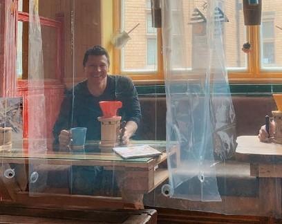 Café adota cortinas de banheiro para proteger clientes na reabertura