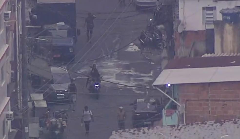 Homem circula armado com fuzil durante desta no Parque União, na manhã desta segunda (29) — Foto: Reprodução / TV Globo