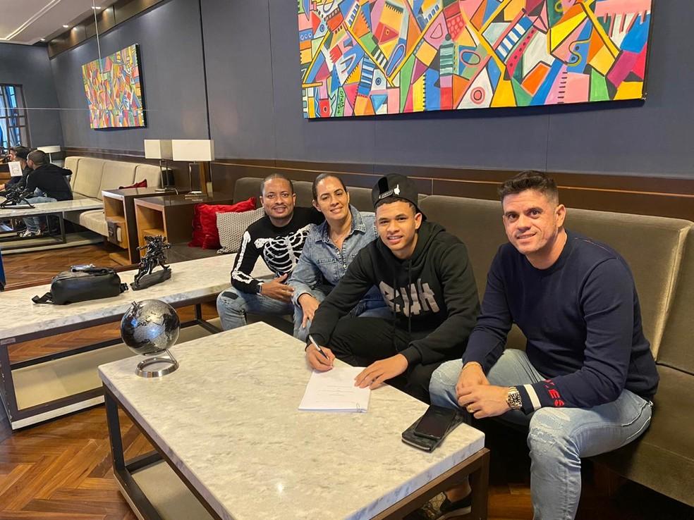 Diego Rosa assinou contrato com Grupo City nesta segunda-feira — Foto: Arquivo Pessoal