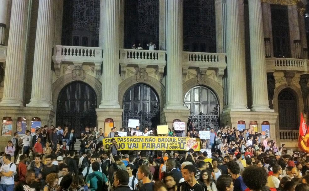 -  Manifestantes ocuparam entrada da Câmara dos Vereadores, na Cinelândia, durante protestos de junho de 2013  Foto: Luís Bulcão/ G1