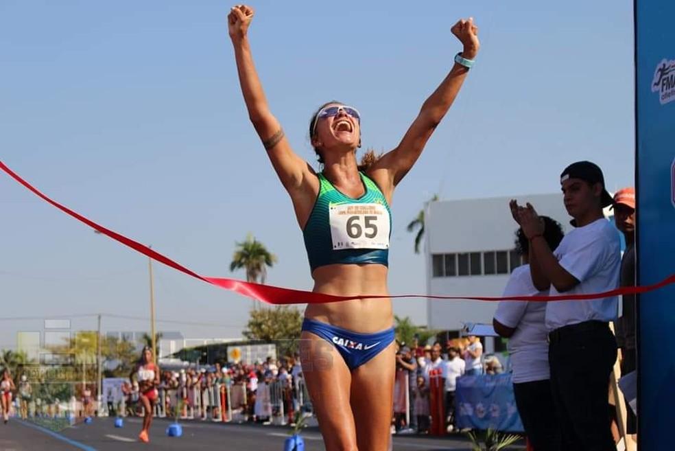 Erica Sena passa pela fita, em prova da marcha atlética, no México — Foto: Divulgação