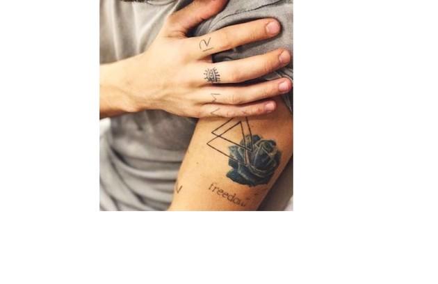Fiuk tem escrita a palavra 'freedom' (liberdade). E aproveitou o desenho do olho para formar 'amor' nos dedos (Foto: Reprodução)